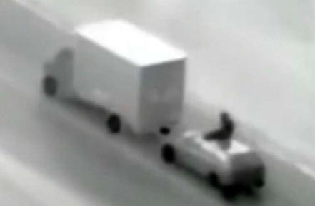 Image de sécurité routière prenant en flagrant délit un fourgon sur le point d'être braqué