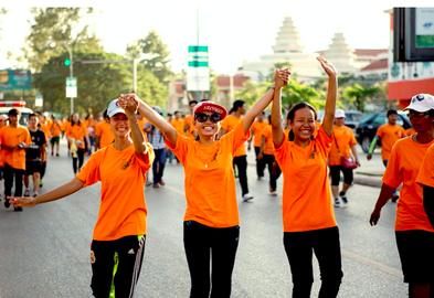 Des centaines de personnes participent à une course à pieds à Siem Reap, au Cambodge, en 2015 pour l'élimination de la violence à l'encontre des femmes. PHOTO :ONU Femmes / Niels den Hollander
